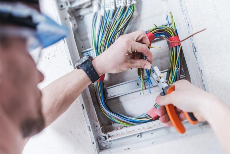 Industrieelektriker Betriebstechnik: Berufsbild, Ausbildung, Gehalt