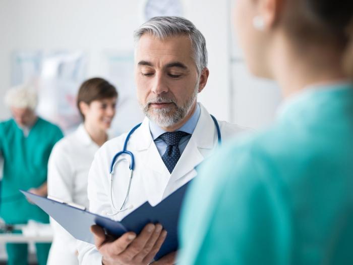 Chefarzt: Leitender Mediziner mit Managementaufgaben und viel Verantwortung