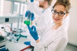 Chemielaborant: Berufsbild, Gehalt, Karrierechancen