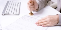 Zeugnis beglaubigen lassen: Kosten, Aussteller, Zwecke